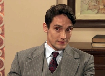 Tobias insinua que Lauro precisa se casar para evitar fofocas