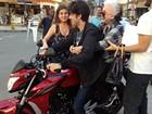 Chay Suede leva Nathalia Timberg para passeio de moto durante as gravações