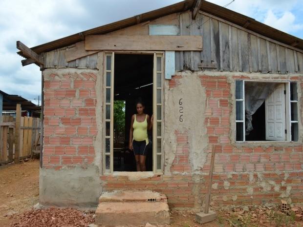 Para que as enxurradas não entrem na casa, Cintia teve que levantar o alicerce da residência.  (Foto: Eliete Marques/G1)