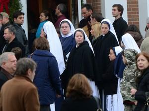 16 de dezembro - População se reúne para missa em igreja de Newtown (Foto: AFP)