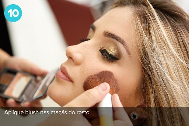 Décimo passo:  use blush nas maçãs do rosto (Foto: Marcos Serra Lima/EGO)