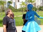 Azul dos pés à cabeça! Deborah Evelyn vira estátua viva em Sangue Bom