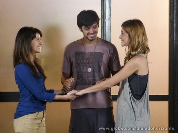 Joana fica feliz em se reunir com Marlon e Paulinha (Foto: Além do Horizonte/TV Globo)
