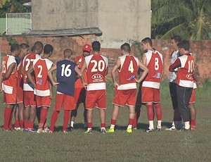 Jogadores do Rio Branco fazem greve no estádio José de Melo (Foto: Reprodução/TV Acre)