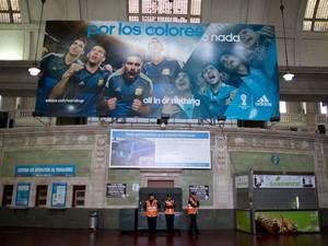 Policiais dentro da estação Retiro quase vazia, em Buenos Aires, devido à greve geral (Foto: Natacha Pisarenko/AP)