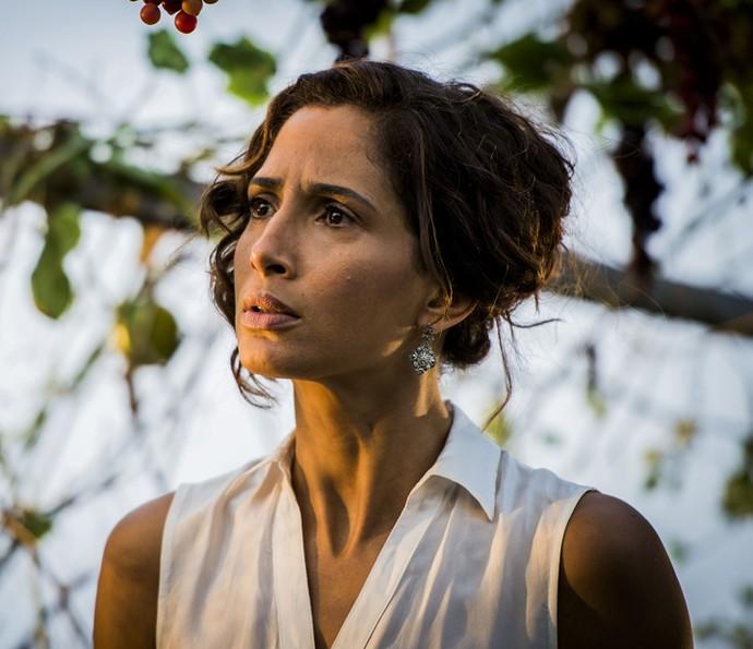 Tereza fica atrás da porta do quarto de Afrânio e acaba descobrindo tramoia do pai (Foto:  Caiuá Franco/TV Globo)