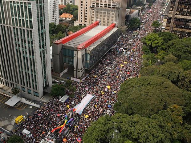 Parada Gay reuniu multidão na Avenida Paulista neste domingo, em São Paulo (Foto: Andre Penner/AP)