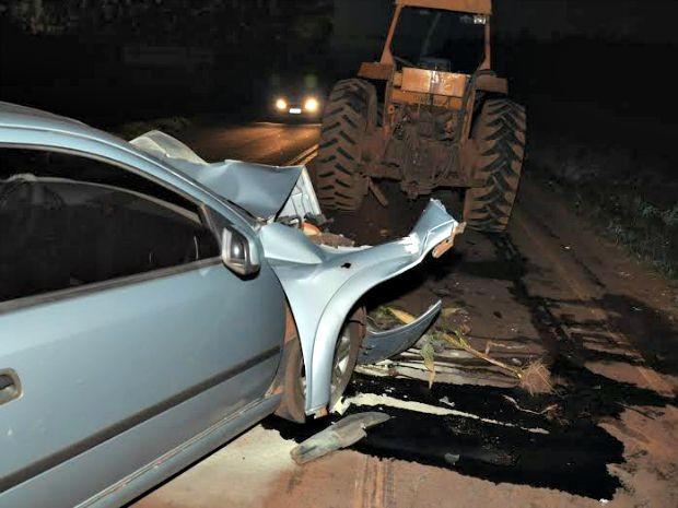 Carro colidiu na traseira do trator, vazou óleo e pegou fogo, segundo bombeiros.  (Foto: Roberto Jorge/Maracaju Speed)