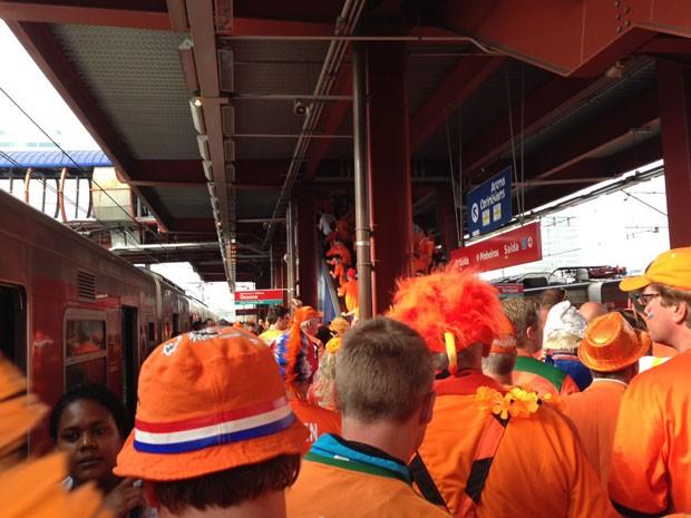 Torcedores coloriram de laranja plataformas da CPTM (Foto: Ana Carolina Moreno/ G1)