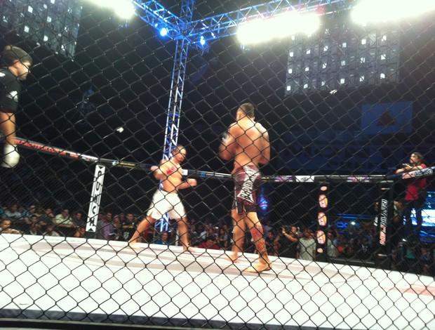 Julio César e André Sergipano na disputa pelo cinturão até 84kg (Foto: Maria Ribeiro/Globoesporte.com)