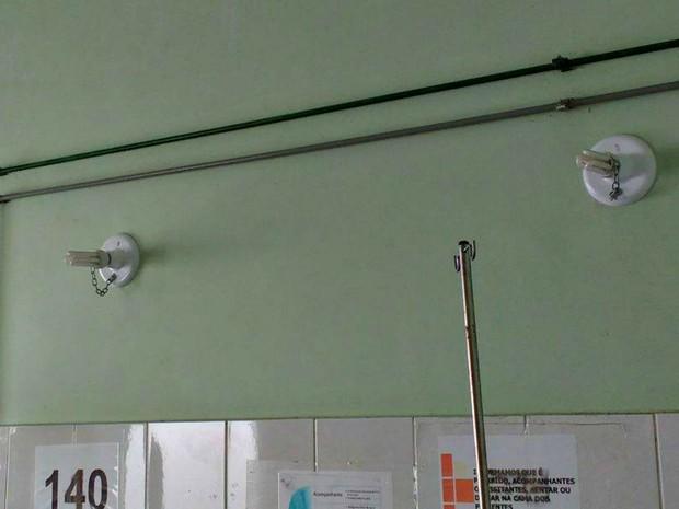 Lâmpadas de hospital estão acorrentadas para não serem roubadas, segundo Sesacre (Foto: Arquivo pessoal)