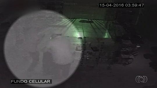 Dupla invade loja e furta R$ 80 mil em celulares e tablets, em Goiás; vídeo