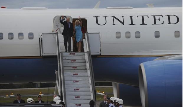 O vice-presidente dos EUA, Joe Biden, e a mulher, Jill, chegam a Brasília (Foto: José Cruz/ABr)