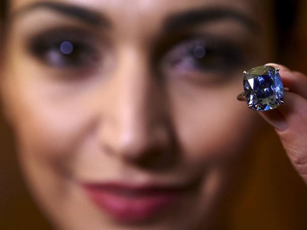 """Diamente """"Blue Moon"""" pesa 12,03 quilates e foi estimado US$ 35 milhões e US$ 55 milhões (Foto: Denis Balibouse/Reuters)"""