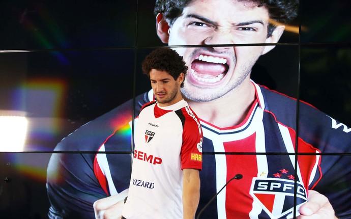 Apresentação Alexandre Pato no São Paulo (Foto: Marcos Ribolli)