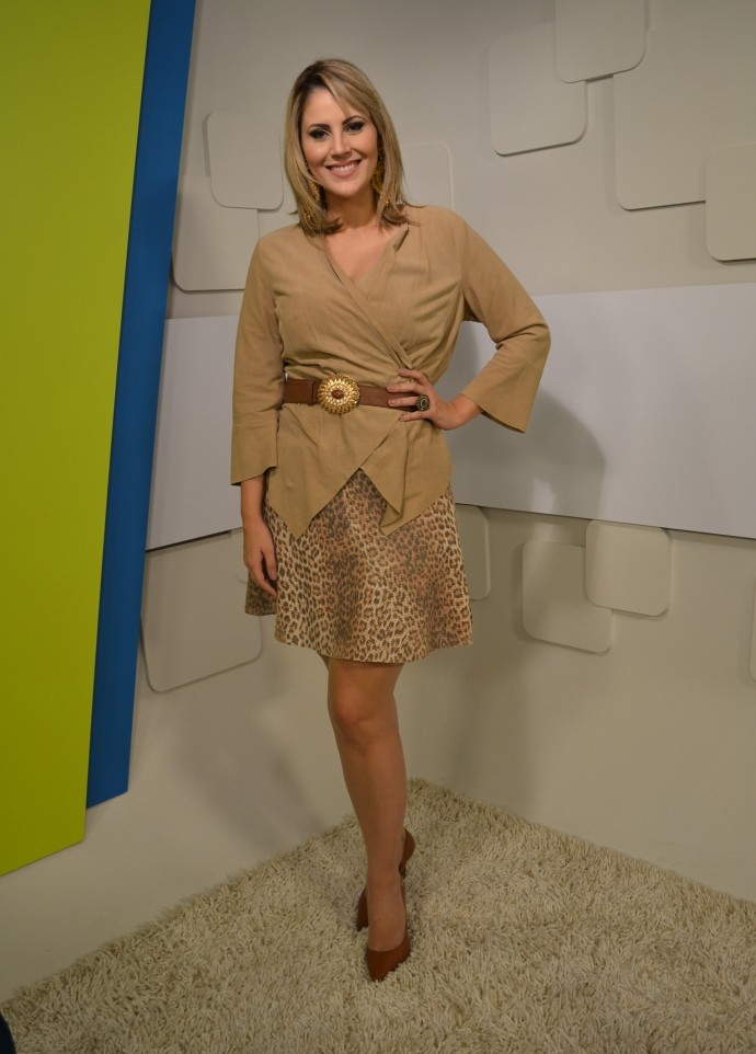 Look da Jessica: apresentadora aposta em saia 'animal print' (Foto: Reprodução / TV Diário)