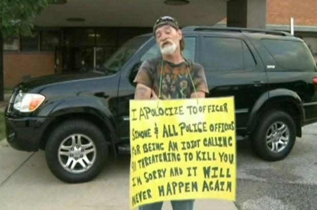 Homem é condenado a segurar cartaz em que diz ser um idiota (Foto: BBC)