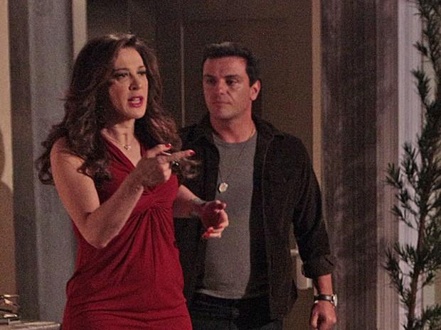 Lívia faz cena ao ver Márcia e Théo a expulsa do quarto (Foto: Salve Jorge/TV Globo)