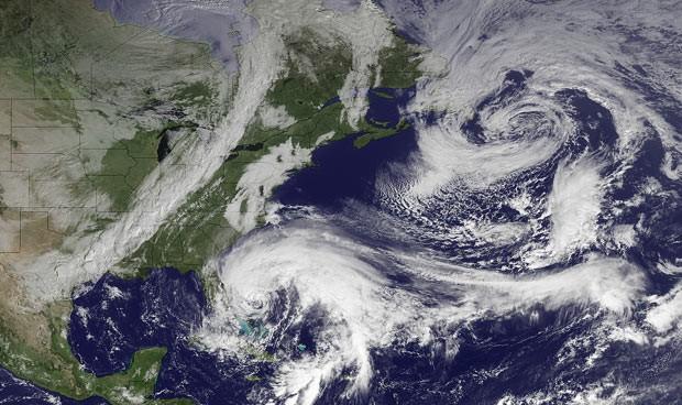 Imagem do satélite GOES mostra a movimentaçãoo de Sandy nesta sexta-feira (26) (Foto: AP)