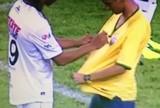 Ronaldinho faz de falta, dá autógrafo durante o jogo, mas Querétaro perde