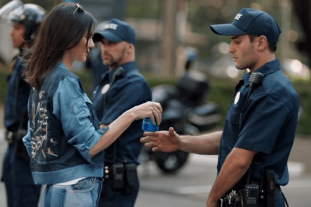 Kendall Jenner na polêmica propaganda da Pepsi (Foto: Reprodução)
