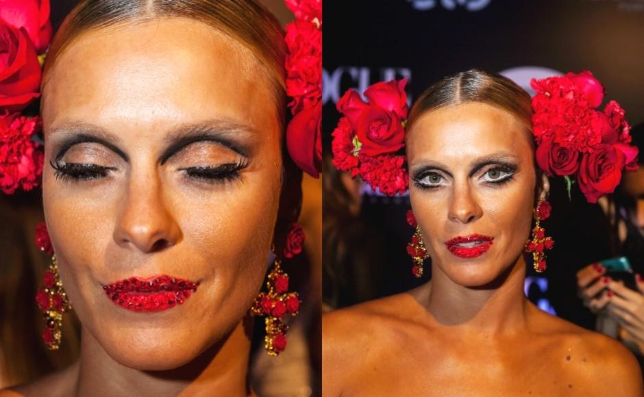 Carolina Dieckmann ousou com as flores na cabeça e os cristais Swarovski usados na boca, no mesmo tom do batom. (Foto: Fred Chalub / Editora Globo)