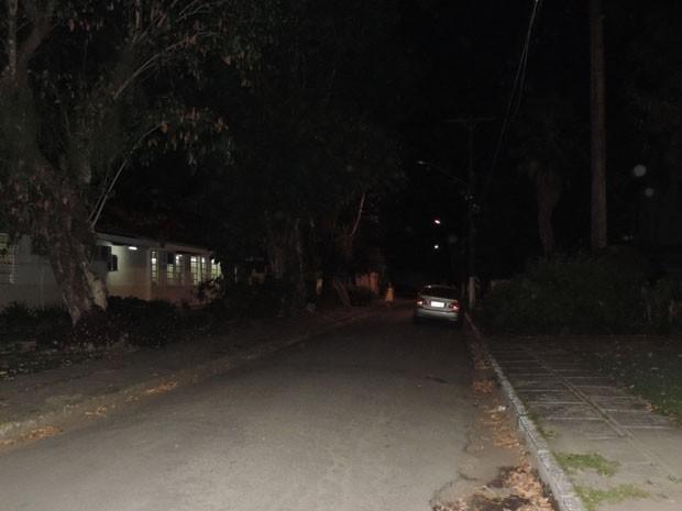 Com ruas escuras e vatos terrenos vazios, campus Recife da Universidade Federal de Pernambuco tem registrado vários casos de violência (Foto: Marina Barbosa / G1)