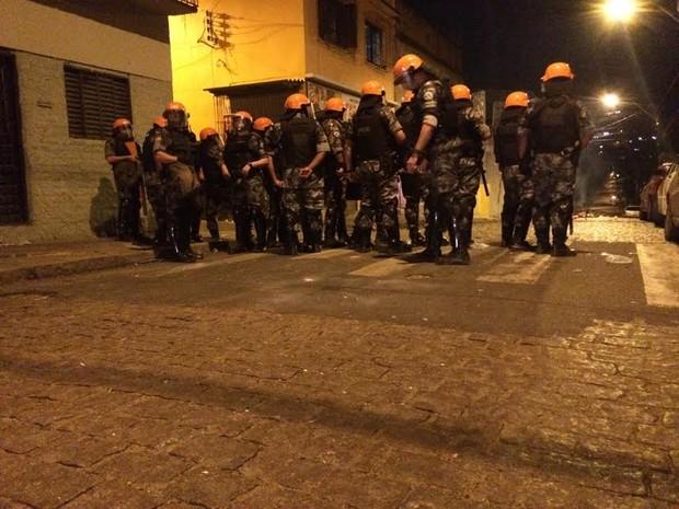 Batalhão de Choque foi até o local após tiroteio e protesto (Foto: Paulo Ledur/RBS TV)