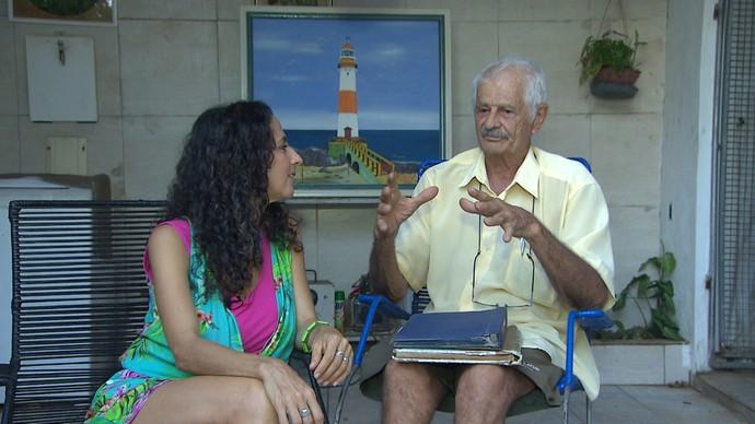 Seu Menezes conta a Maria sobre o primeiro trio elétrico de Itapuã (Foto: TV Bahia)