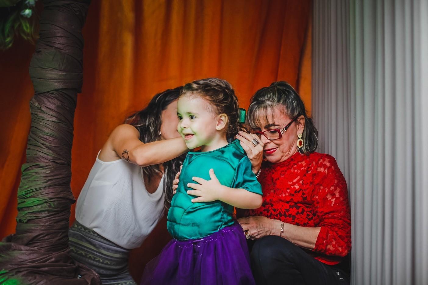 Júlia colocando a fantasia (Foto: Arquivo pessoal)