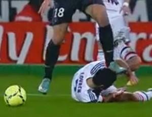 Ibrahimovic acerta pisão em jogador do Lyon (Foto: Reprodução Youtube)