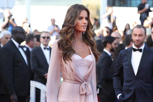 Top brasileira apostou em longo ros para o evento de cinema. (Foto: Getty Images)