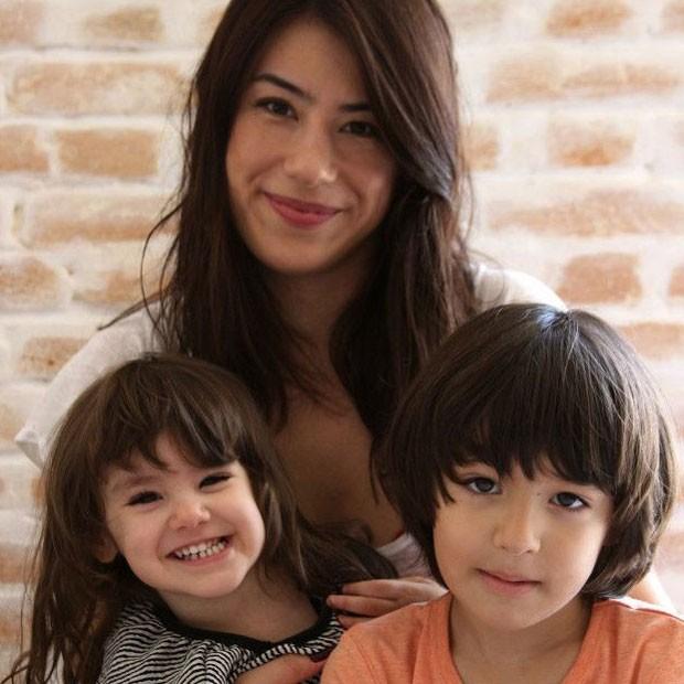 Designer gráfica  Suye Okubo  e seus dois filhos  (Foto: Arquivo Pessoal)