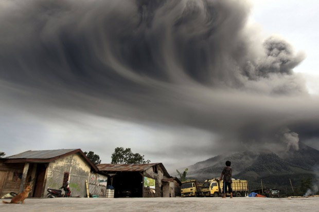 Em erupção desde setembro, o vulcão indonésio Sinabung é visto expelindo fumaça ao norte da ilha de Sumatra (Foto: Roni Bintang/Reuters)