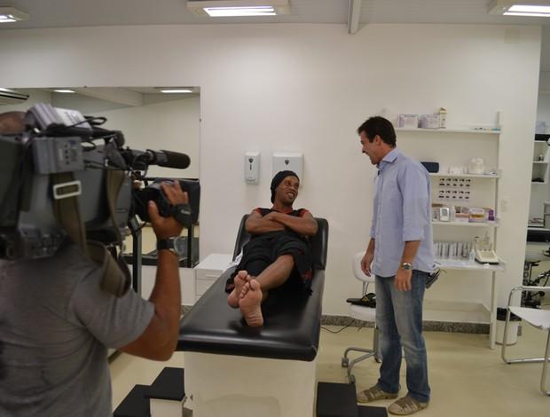 Ronaldinho e Thiago Asmar EE (Foto: Divulgação TV Globo)