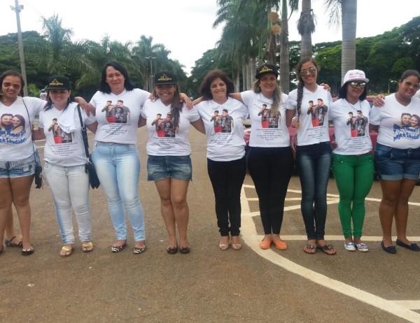 Fãs compareceram ao cemitério no dia em que Cristiano Araújo completaria 30 anos (Foto: Murillo Velasco/G1)