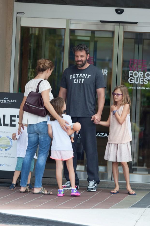 Jennifer Garner e Ben Affleck com os filhos em shopping em Atlanta, nos Estados Unidos (Foto: AKM-GSI/ Agência)
