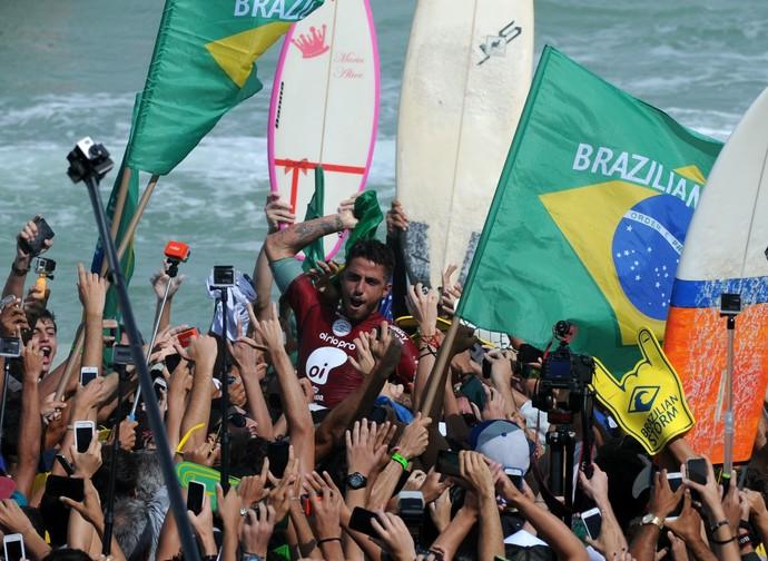 Filipe Toledo comemora título do Rio Pro com a torcida (Foto: André Durão)