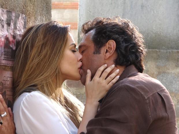 Zyah não aguenta e agarra Bianca com toda paixão (Foto: Salve Jorge/TV Globo)