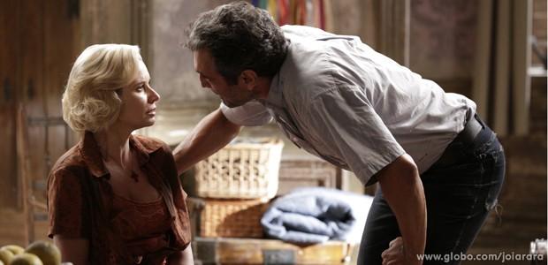 Mundo pressiona Volpina para ela denunciar Ernest (Foto: Fábio Rocha/TV Globo)
