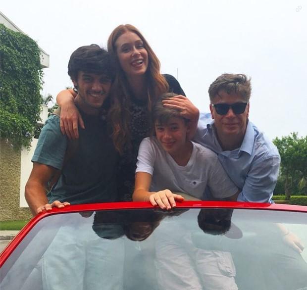 Felipe Simas, Marina Ruy Barbosa, Fabio Assunção e o filho, João (Foto: Instagram)