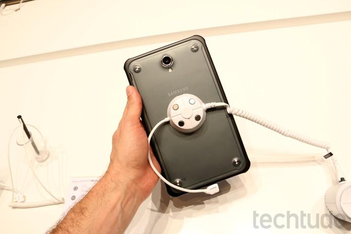 Galaxy Tab Active de frente e de costas  (Foto: Fabricio Vitorino/TechTudo)
