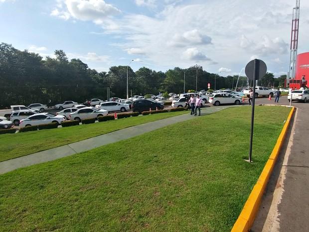 Táxis ficaram parados em frente à Assembleia Legislativa (Foto: Julino Neto/ Arquivo pessoal)