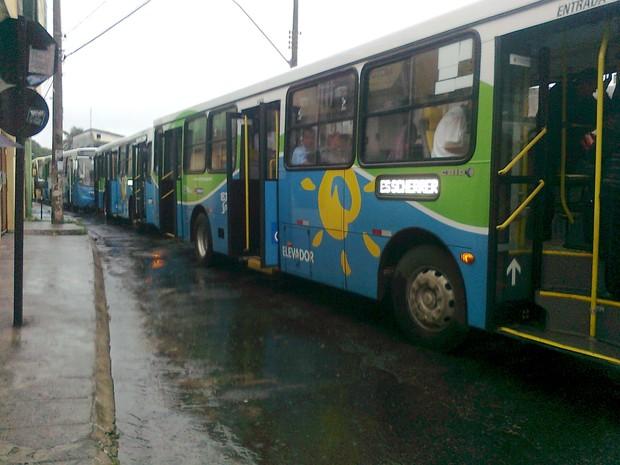 Fila de ônibus se forma com trânsito em José de Achieta (Foto: Paulo Henrique Ribeiro / VC no G1)