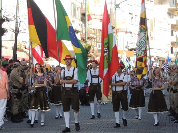 Desfile começou com as bandeiras de Blumenau, Alemanha, Brasil, Santa Catarina e Oktoberfest (Foto: Fernanda Burigo/G1)