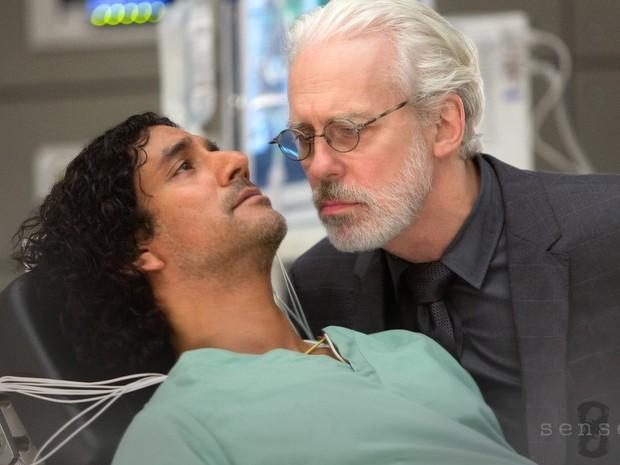 Os atores Naveen Andrews e Terrence Mann em cena da série 'Sense8', do Netflix (Foto: Divulgação)