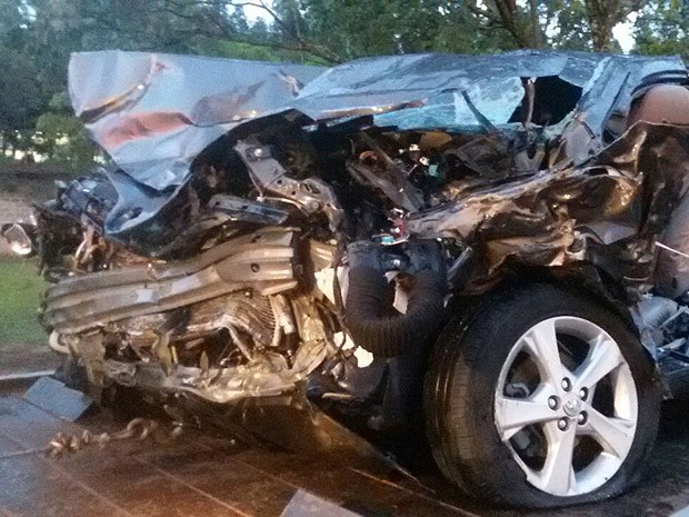 Parte frontal do carro ficou destruída com a colisão (Foto: Cedida)