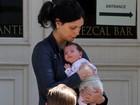 Morena Baccarin e Ben McKenzie são clicados com a filha pela primeira vez