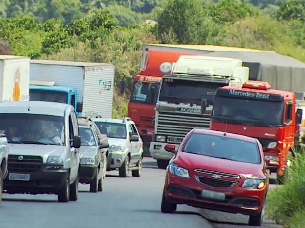 Carro trafega por acostamento na Fernão Dias (Foto: Reprodução EPTV)