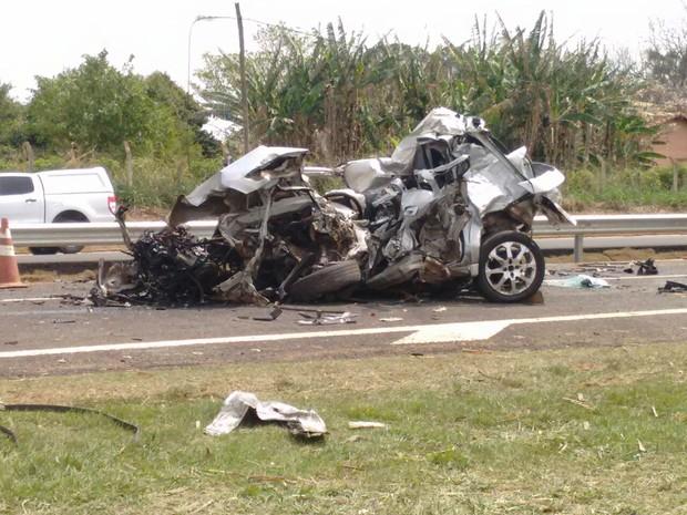 Carro ficou destruído após batida com caminhão na SP-127 (Foto: Bruno Casteletto/TV TEM)